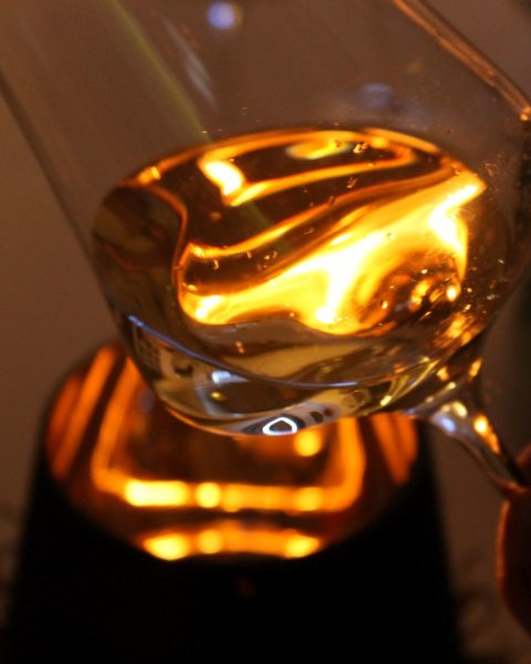 Glas mit Feuer 480x600 - Tour de France - Frankreichs schönste Weinregionen