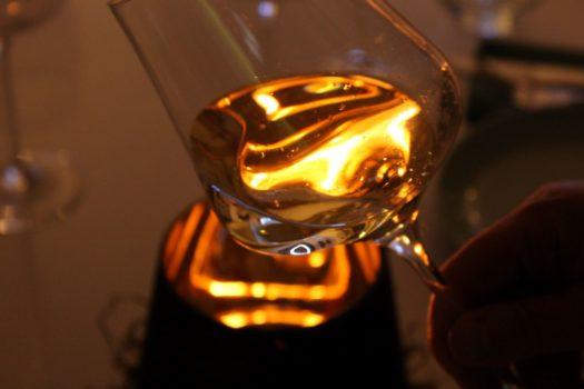 Glas mit Feuer 525x350 - Viva España - Spaniens schönste Weinregionen